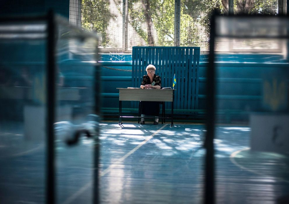 Foto: Una mujer de la comisión electoral en un colegio vacío en la ciudad de Dobropillia, en la región prorrusa de Donétsk (Efe).