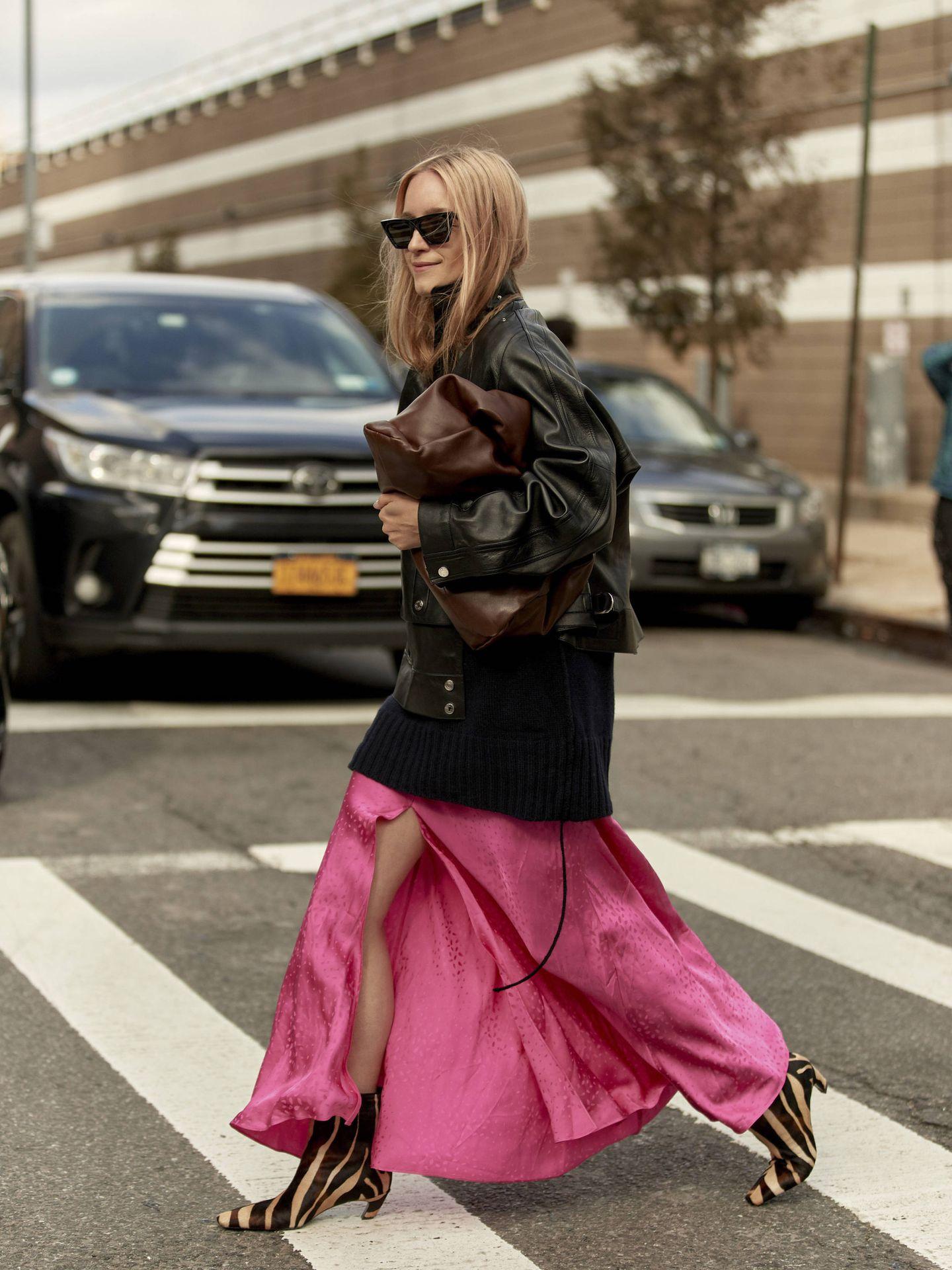 Una prescriptora de moda ataviada con una falda con abertura lateral. (Imaxtree)