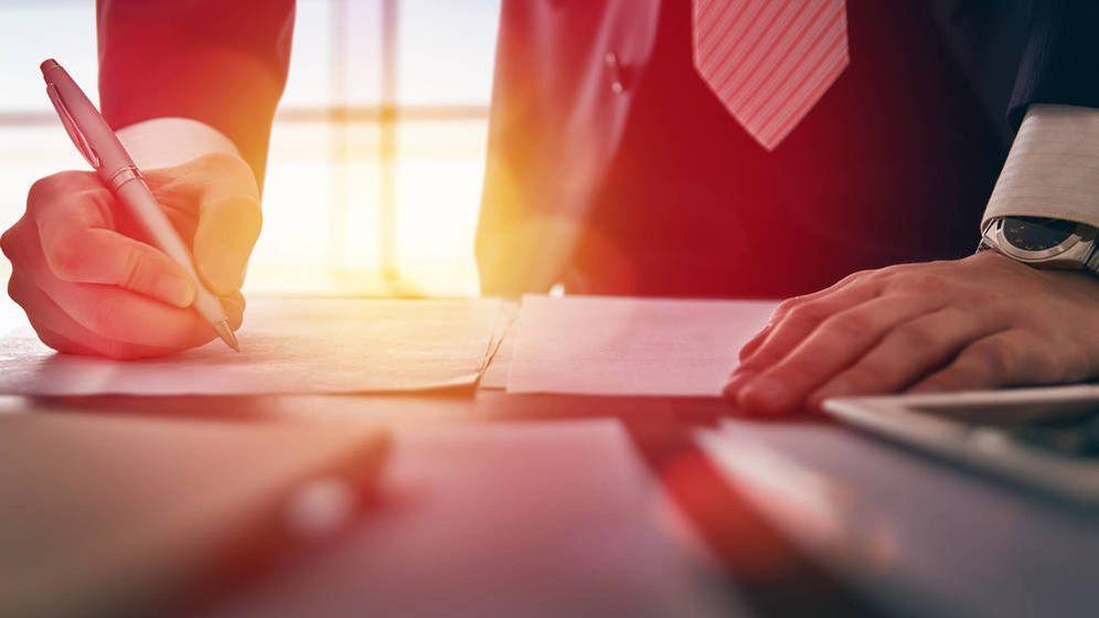 Foto: Un abogado, firmando documentos. (iStock)