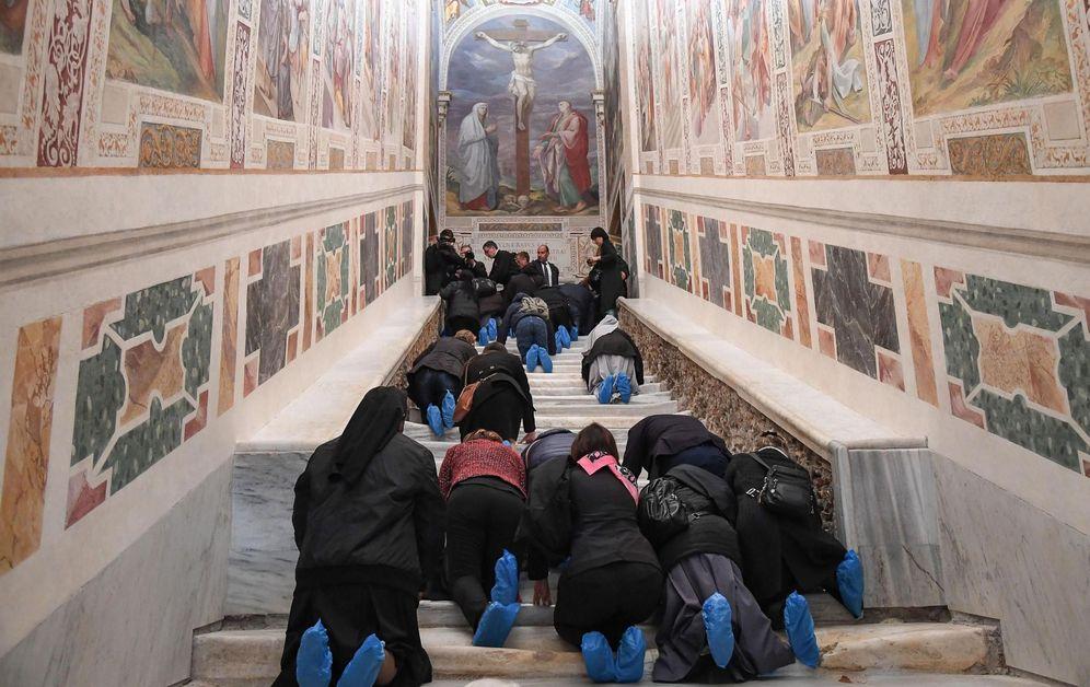 Foto: Imagen de decenas de fieles subiendo la 'Scala Santa' tras su reapertura. (EFE)