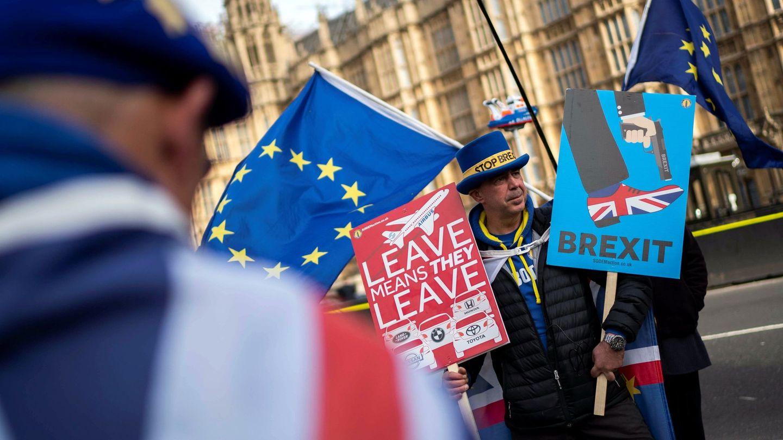 Un manifestante antiBrexit protesta junto al Parlamento, en Londres. (EFE)