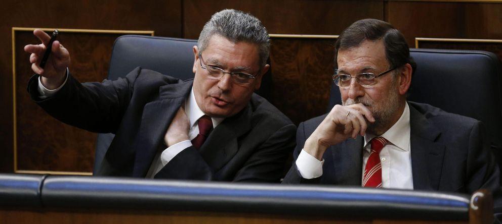Foto: El presidente del Gobierno, Mariano Rajoy, escucha al ministro de Justicia, Alberto Ruiz-Gallardón (EFE)