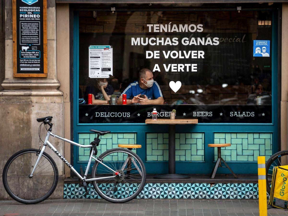 Foto: Una pareja de turistas en un bar de Barcelona. (EFE)