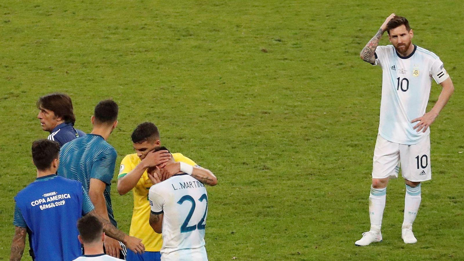 Foto: Messi, cabizbajo tras acabar le partido frente a Brasil. (Reuters)
