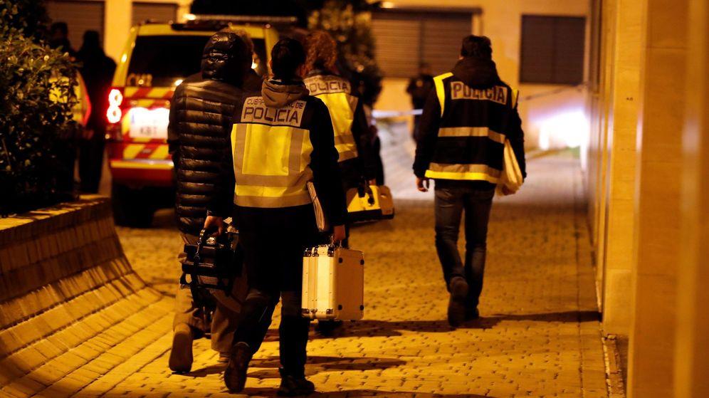 Foto: Miembros del la policía científica en la calle Benjamín Palencia de Getafe, donde dos menores fueron encontrados muertos tras un incendio. (EFE)