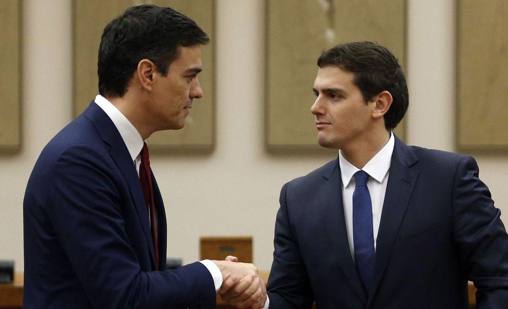 Foto: Pedro Sánchez y Albert Rivera se dan la mano tras firmar su pacto de Gobierno. (Reuters)