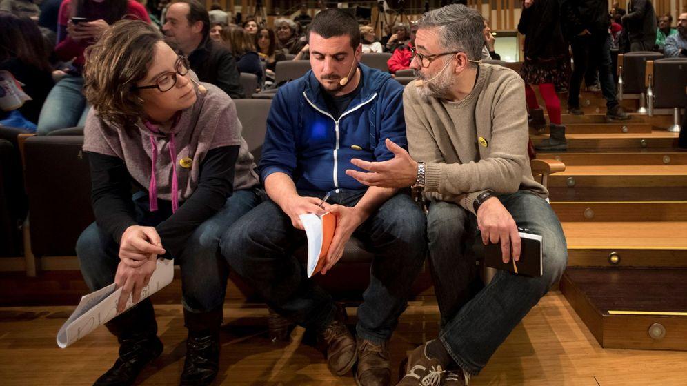 Foto: El cabeza de lista de la CUP, Carles Riera (d) junto al portavoz nacional de la formación, Quim Arrufat (c) , y la exdiputada en el Parlament Eulàlia (i) durante UN mitin. (EFE)
