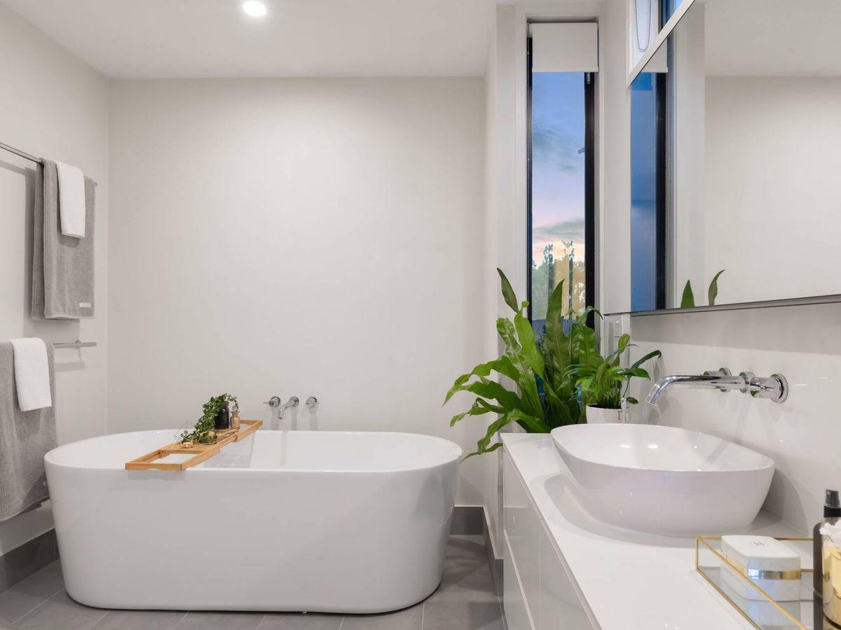 Foto: Tips para que un baño pequeño se vea más grande. (HausPhotoMedia para Unsplash)