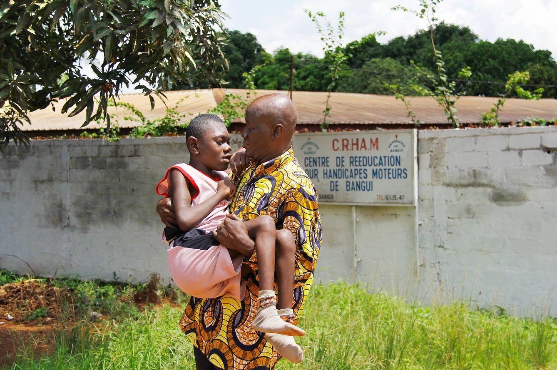Foto: Emmanuel, el niño serpiente, en brazos de su abuelo Gabriel. (Foto: T. Deiros)