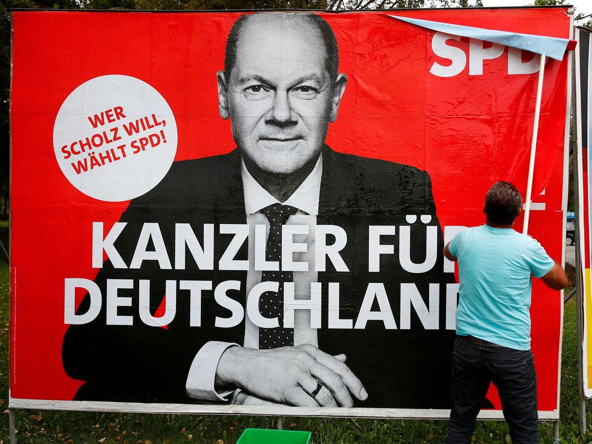 Foto: Un cartel de Olaf Scholz. (Reuters)