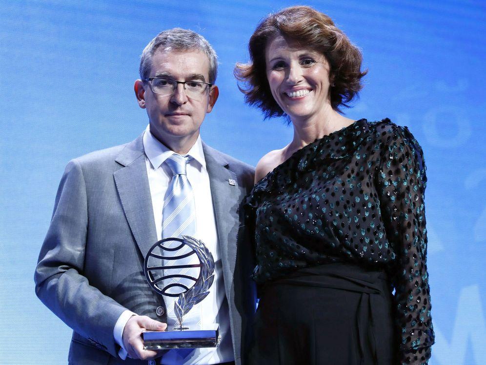 Foto: Santiago Posteguillo, ganador del premio Planeta, junto a la finalista, Ayanta Barilli. (EFE)