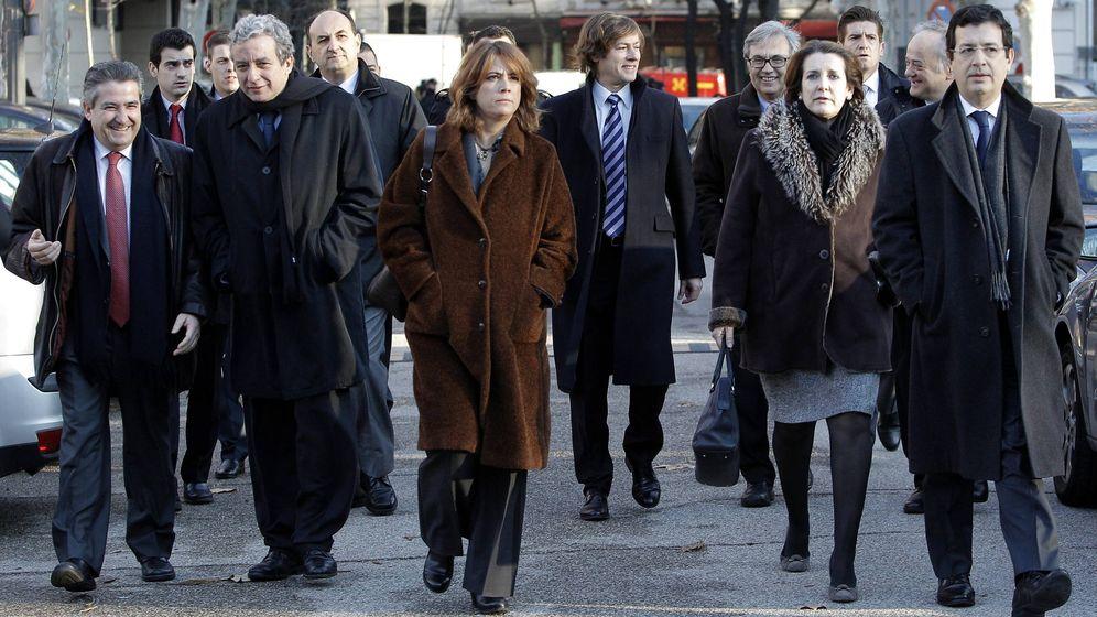 Foto: La ministra Dolores Delgado (i), junto al juez Andreu (d). (EFE)