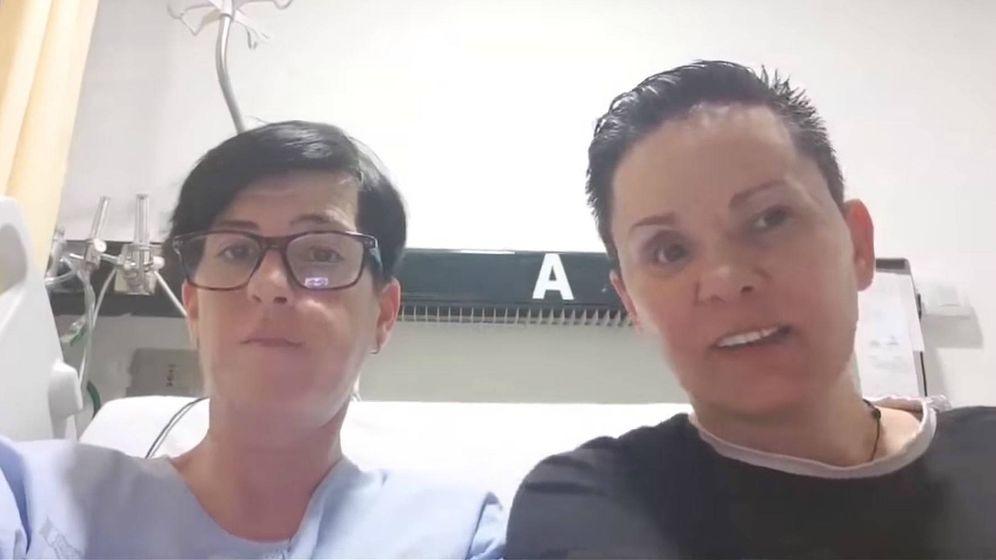 Foto: Raquel con su novia en el hospital. (Youtube)