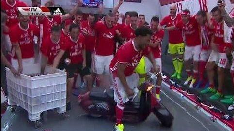 Eliseu celebra el título de Liga subido en una Vespa