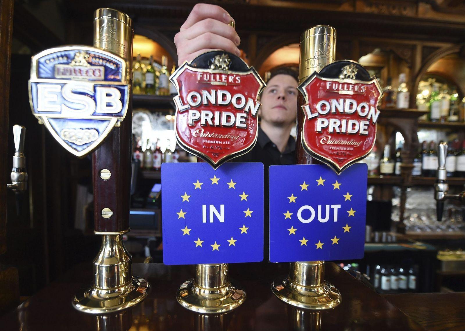 Foto: Vista de dos grifos de cerveza con las dos opciones, permanencia o salida, del Reino Unido de la UE, en un pub de Westminster, Londres, el 15 de abril de 2016 (Efe).