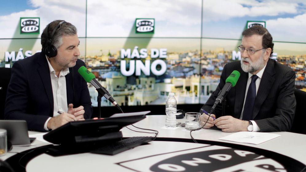 Foto: El presidente del Gobierno, Mariano Rajoy, junto al periodista Carlos Alsina (i) durante la entrevista concedida hoy en el programa Más de uno de Onda Cero. (EFE)
