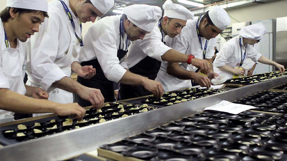 Foto: Foto de recurso de cocineros preparando platos en un concurso. (EFE)