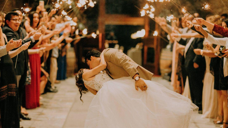 Invitados de boda con bengalas. (Fotografía de Edward Cisneros para Unsplash)
