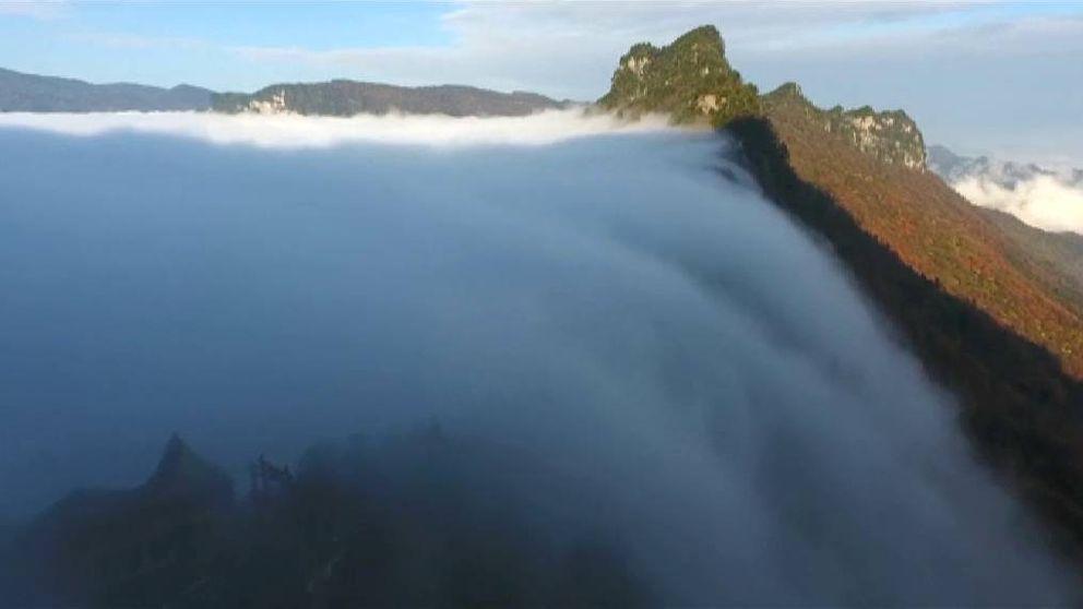 Las impresionantes imágenes de una cascada de nubes en China