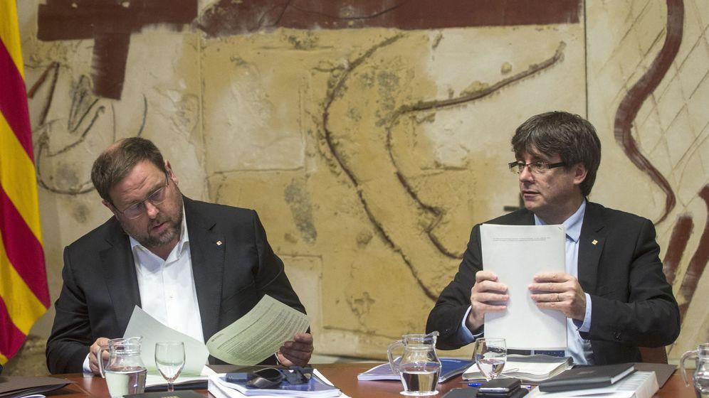 Foto: El presidente de la Generalitat, Carles Puigdemont (d), junto al vicepresidente del Govern y 'conseller' de Economía, Oriol Junqueras (d). (EFE)