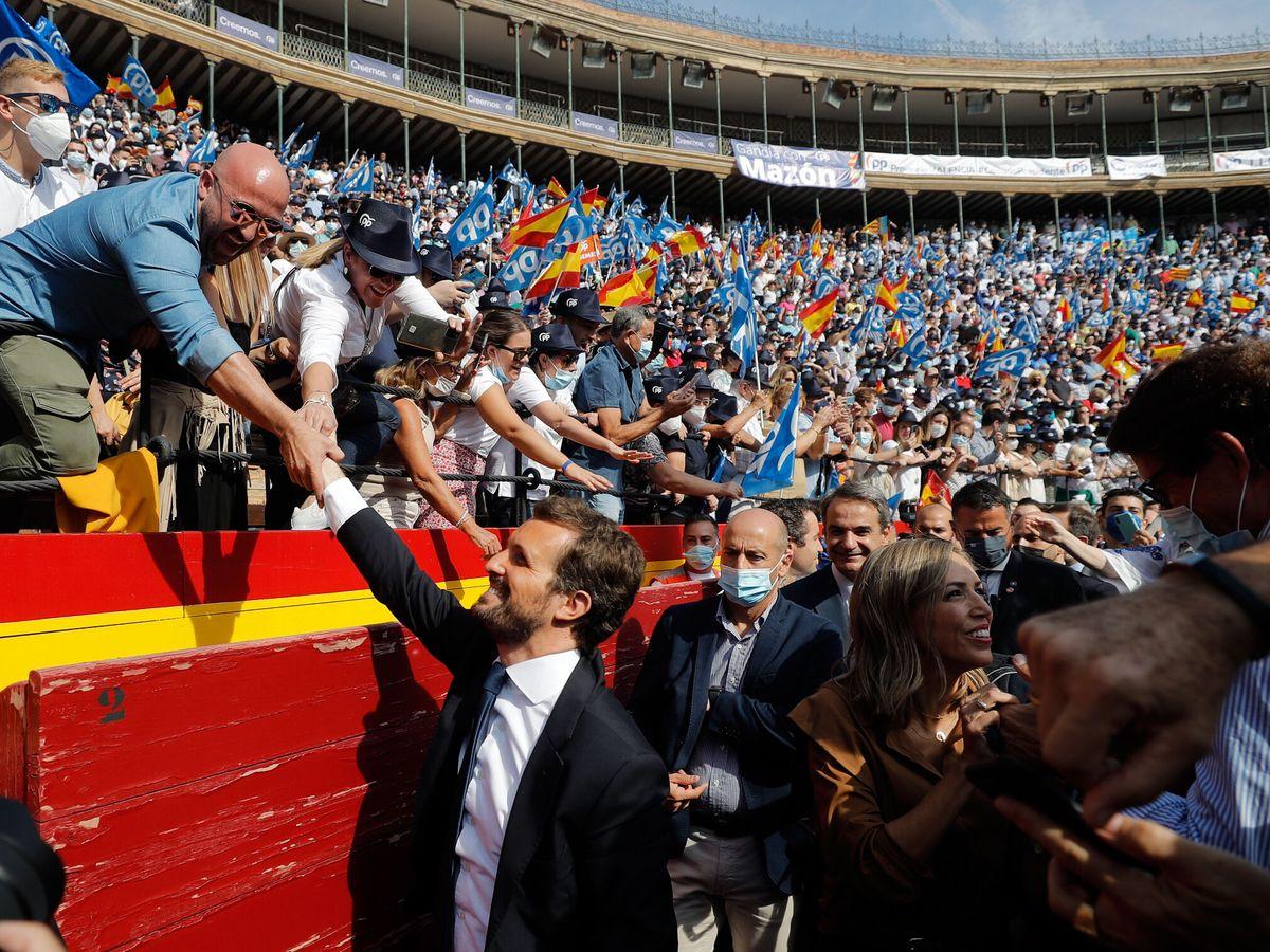 Foto: Pablo Casado a su llegada a la plaza de toros. (EFE)