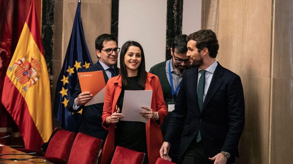 Foto: El líder del PP, Pablo Casado (d), Inés Arrimadas y el secretario general del grupo parlamentario de Ciudadanos, José María Espejo-Saavedra (i). (Pedro Ruiz)