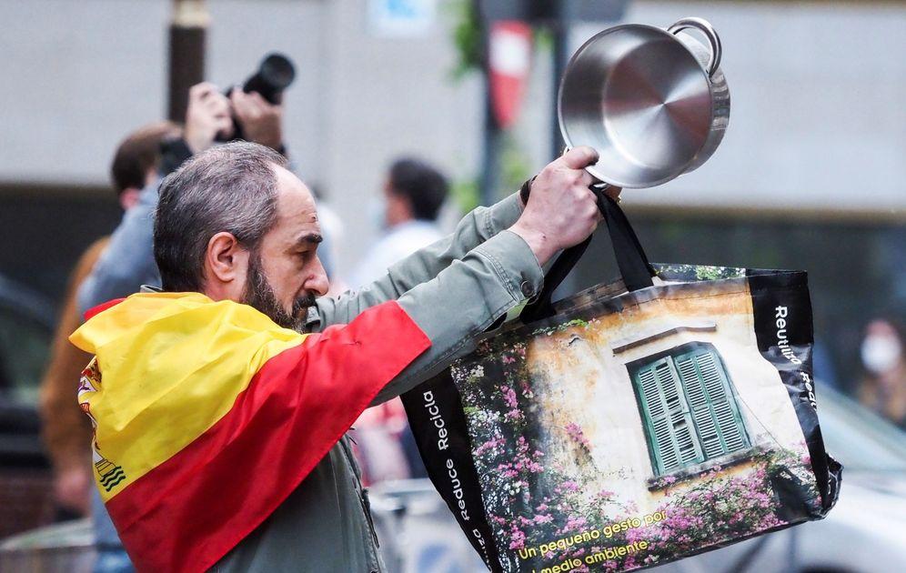 Foto: Un momento de la cacerolada en Valladolid el pasado mayo. (EFE)
