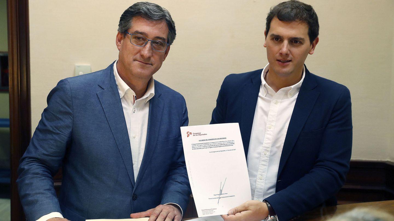 El presidente de Cs, Albert Rivera (d), acompañado del portavoz de Justicia del partido, Ignacio Prendes.