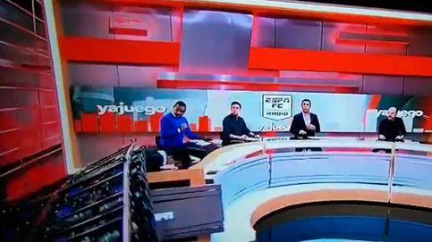 Una pantalla gigante se desploma sobre un periodista en un programa en directo