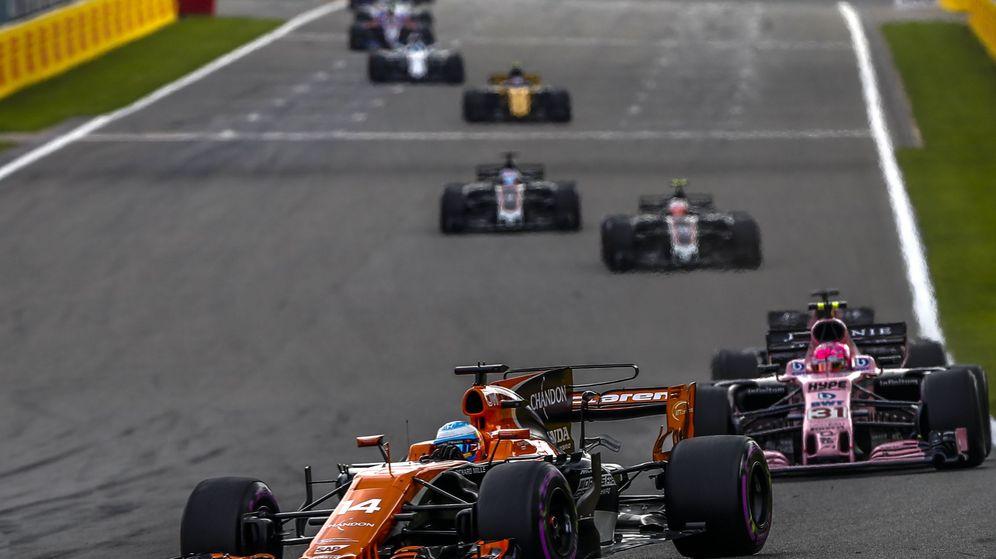 Foto: Fernando Alonso se retiró en la vuelta 27 del GP de Bélgica. (EFE)