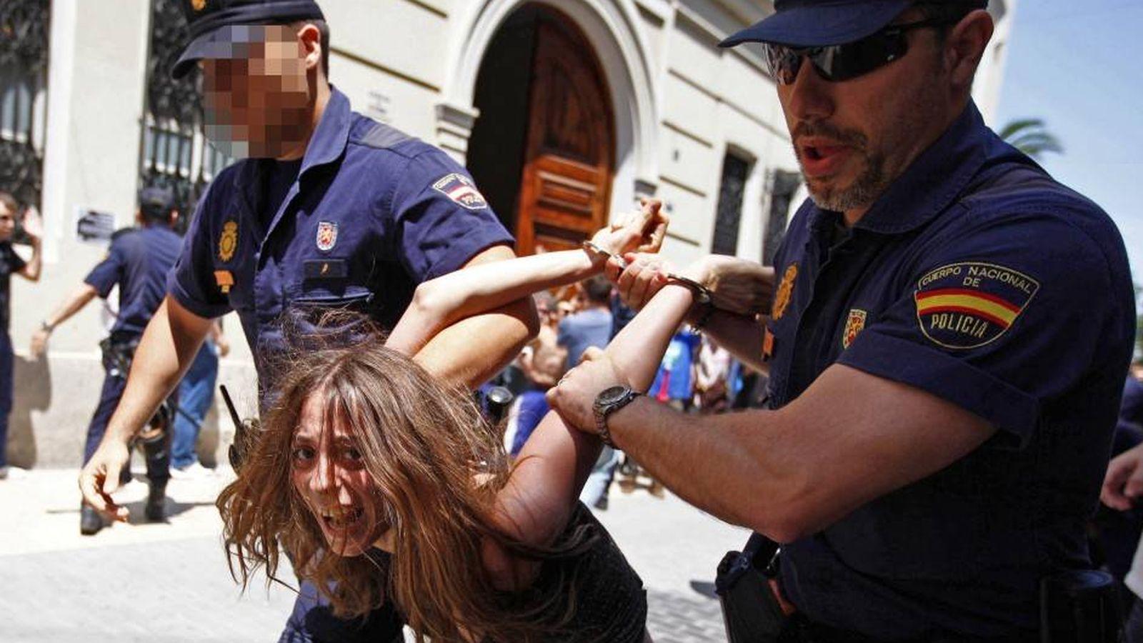 Foto: María Gombau, cuando fue detenida en 2011 en una concentración de 'indignados' en Valencia. (EFE)