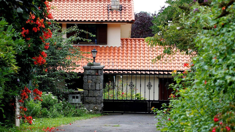 Vista de la casa de concejal de IU en Llanes, Javier Ardines (EFE)