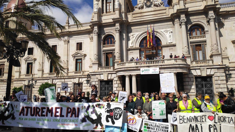 Concentración contra el PAI de Benimaclet frente al Ayuntamiento de Valencia.
