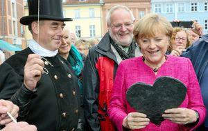 Merkel advierte a sus seguidores de un resultado apretado en los comicios
