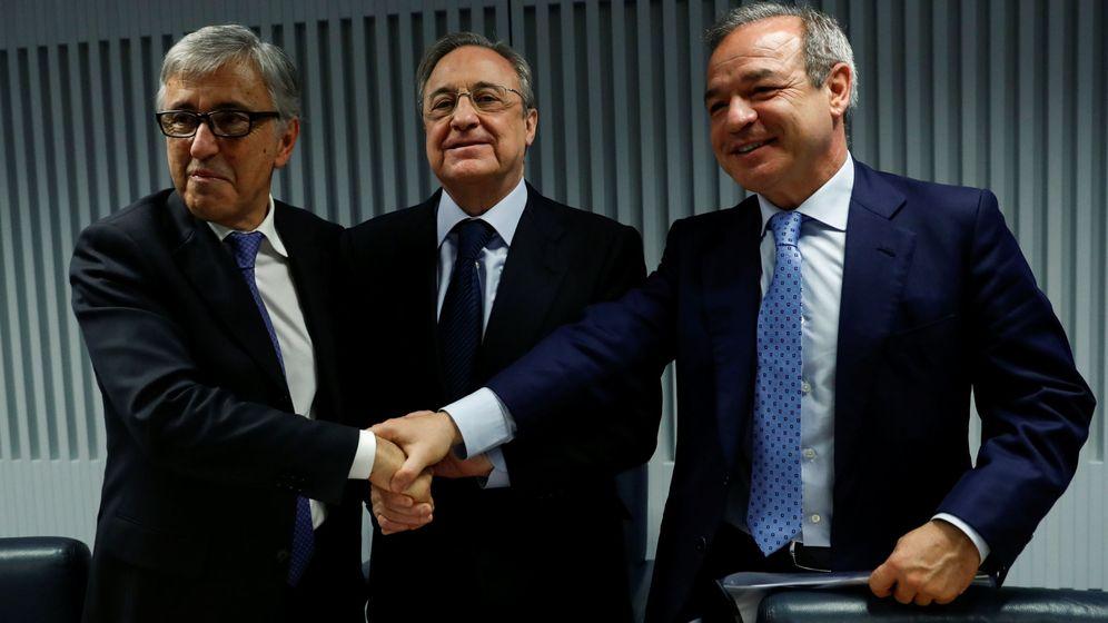 Foto: El presidente de ACS, Florentino Pérez (c); el consejero delegado de Atlantia, Giovanni Castelluci (i), y el presidente de Hochtief, Marcelino Fernández Verdes (d). (Reuters)