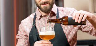 Post de Llevas toda la vida echando mal la cerveza (y te causa problemas)