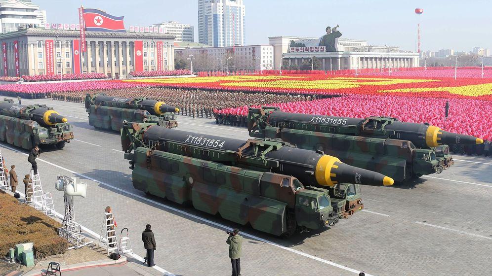 Foto: Misiles balísticos Hwasong-15 durante del desfile militar celebrado por el 70 aniversario de la fundación del Ejército de Corea del Norte. (Efe)