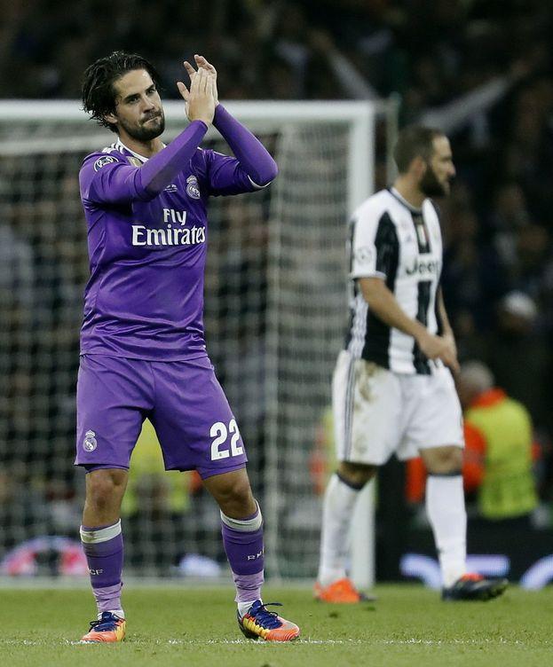 Foto: Isco aplaudiendo a la grada de Cardiff cuando fue sustituido. (EFE)
