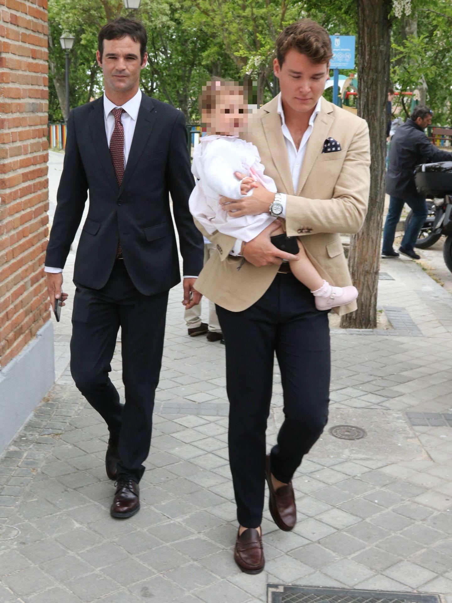 José Bono jr, con su acompañante, que lleva en brazos a la hija de Ana Bono. (Lagencia Grosby)