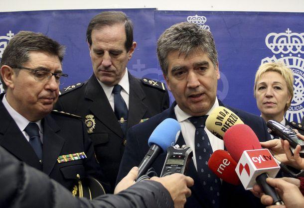Foto: María Marcos, cuando era comisaria en León, en febrero de 2016 con el entonces director de la Policía, el popular Ignacio Cosidó. (EFE)
