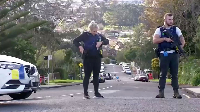 Dos oficiales de policía en un control de carreteras en Auckland. (Reuters)