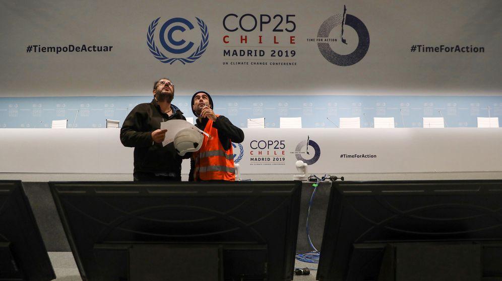 Foto: Operarios revisan el salón de plenos de Ifema antes del comienzo de la COP25. (Reuters)