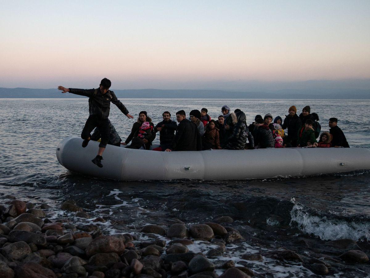 Foto: Migrantes afganos llegan a la isla de Lesbos. (Reuters)