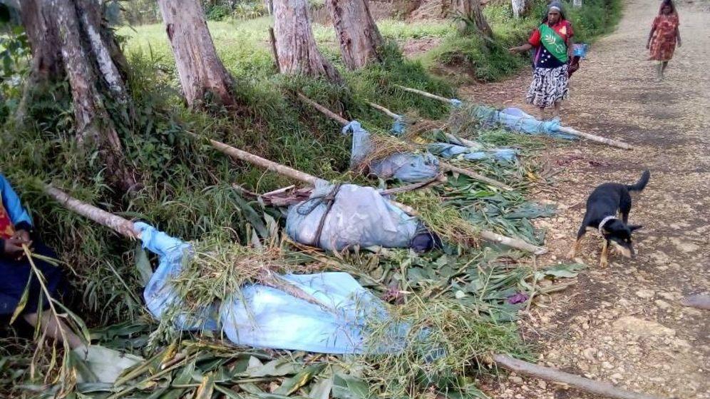 Foto: Los restos de los 18 cuerpos fueron mezclados, envueltos en redes y abandonados en la carretera (Foto: Reuters)