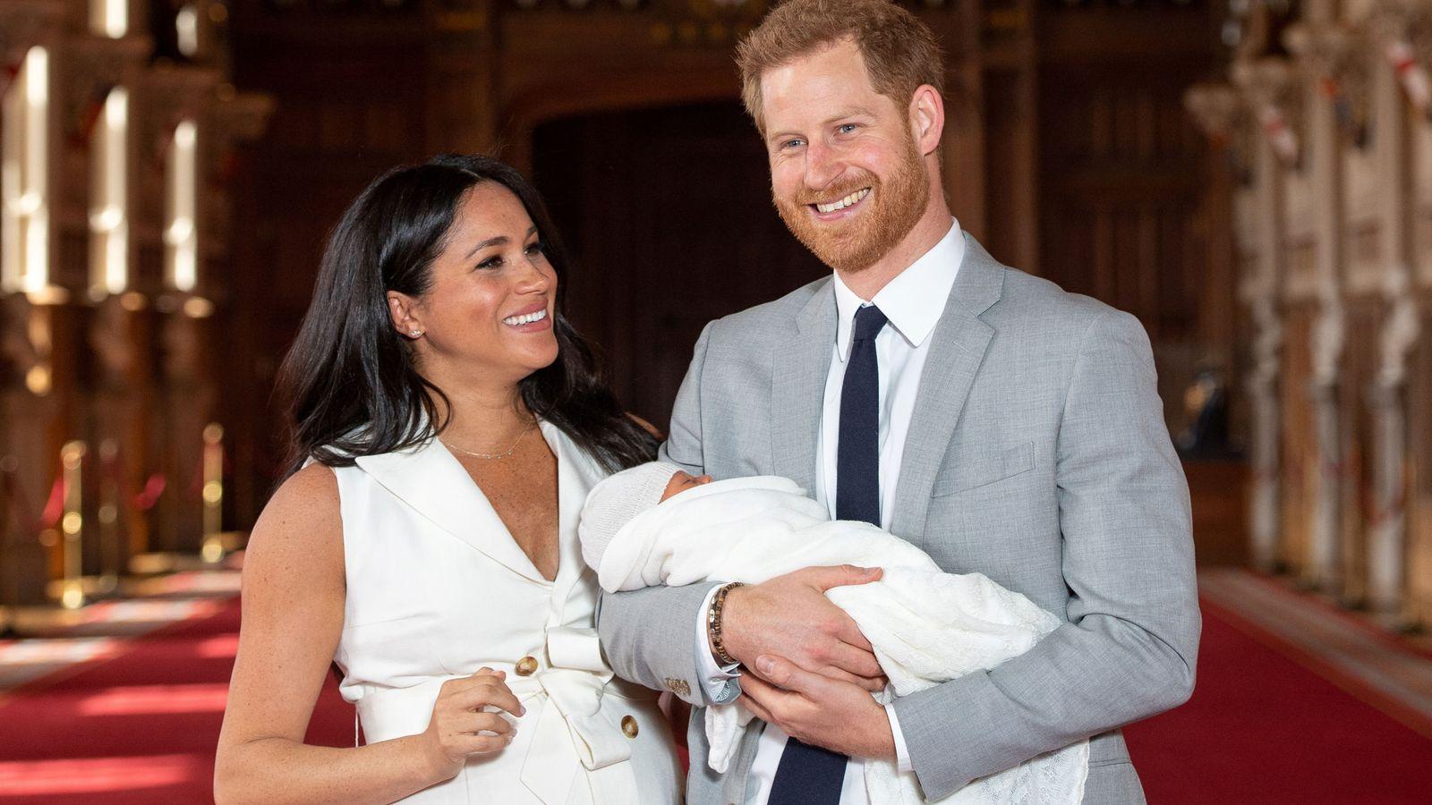 Foto: Los duques de Sussex, este miércoles con su hijo. (Reuters)