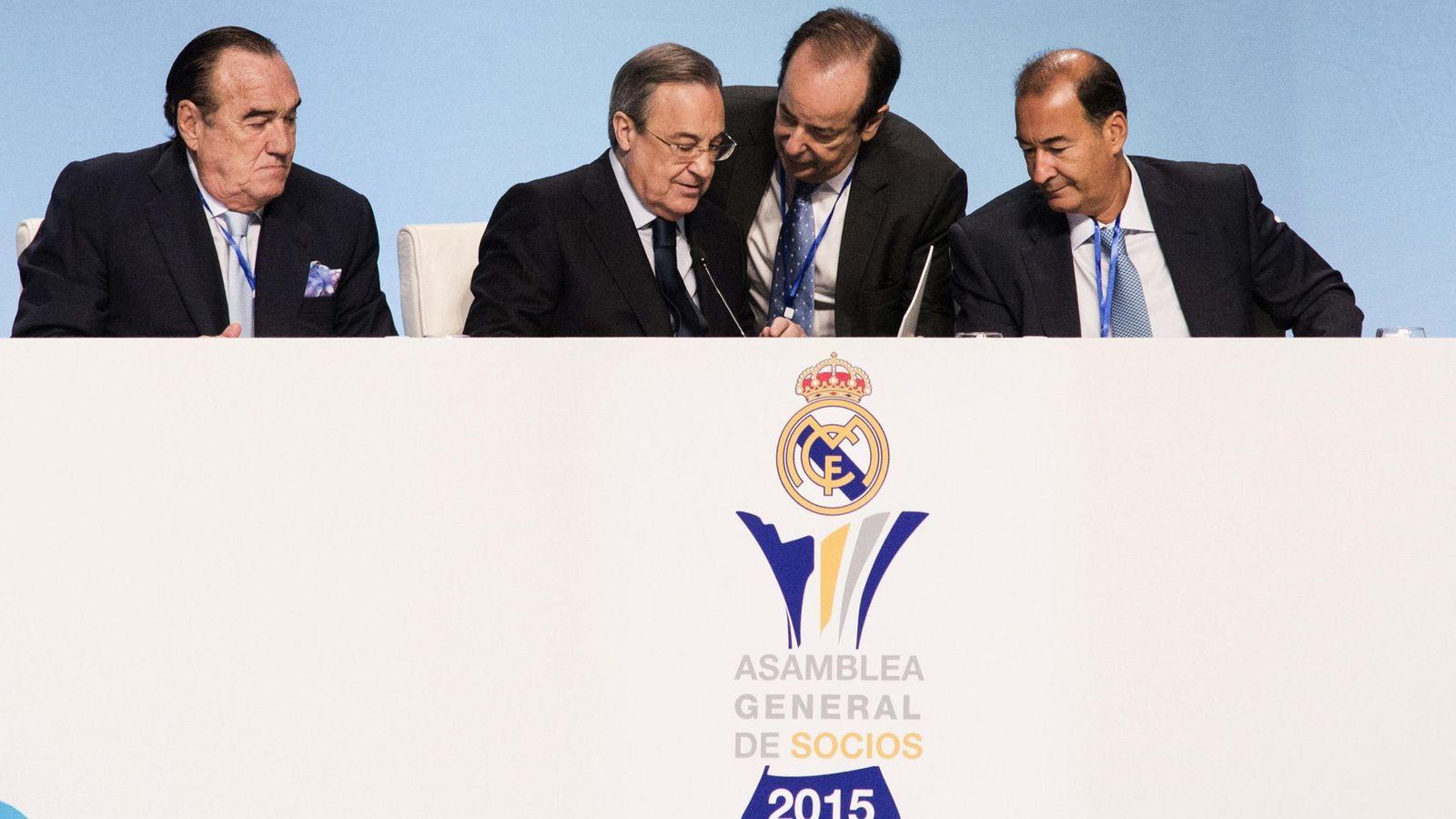 Foto: Florentino Pérez, con varios de sus directivos, durante la Asamblea del Real Madrid. (EFE)