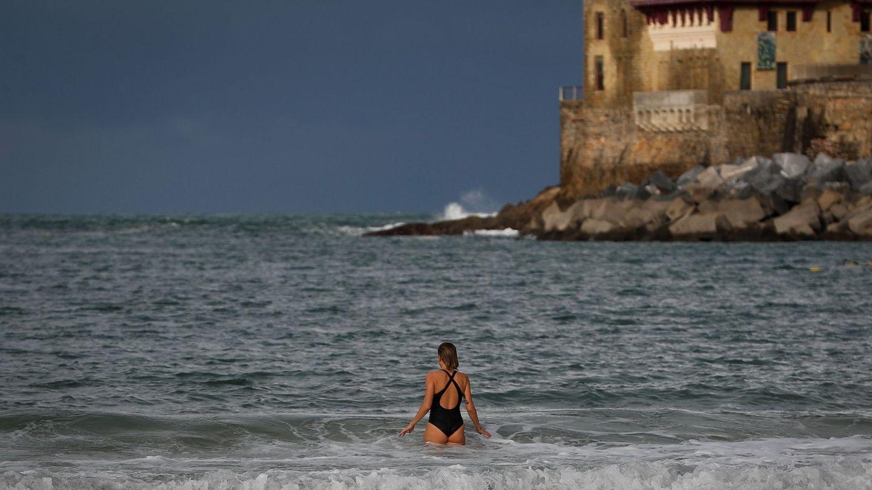 Una mujer en la playa de La Concha de San Sebastián. (EFE)