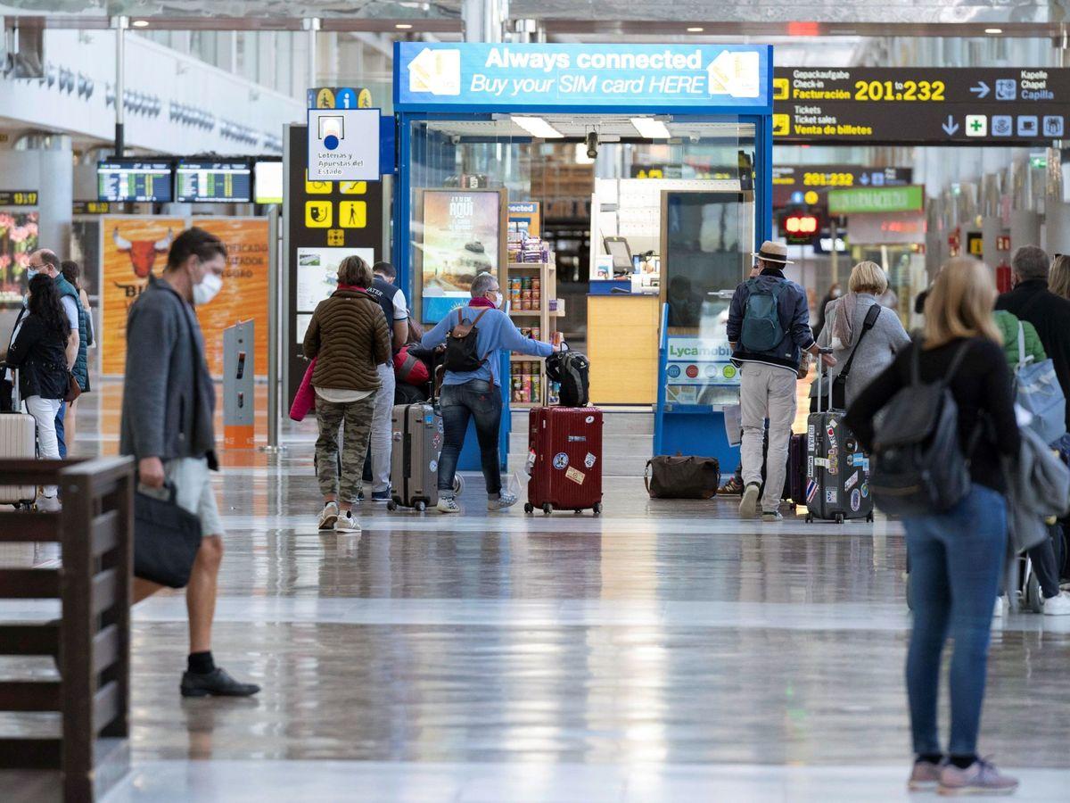 Foto: Viajeros en el aeropuerto de Tenerife Sur. (EFE)