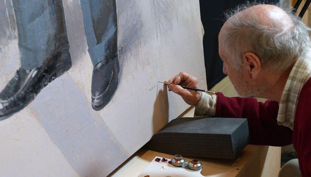 Foto: El pintor manchego en el momento de la firma del cuadro, cuatro de noviembre de 2014, en los talleres de Palacio Real. (PN)