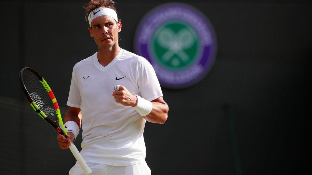 Foto: Rafa Nadal golpnea ua bola en Wimbledon. (Reuters)